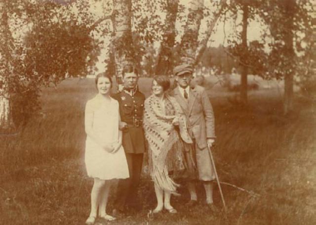 Halina (druga z prawej) na wakacjach w Antonowie, 1928